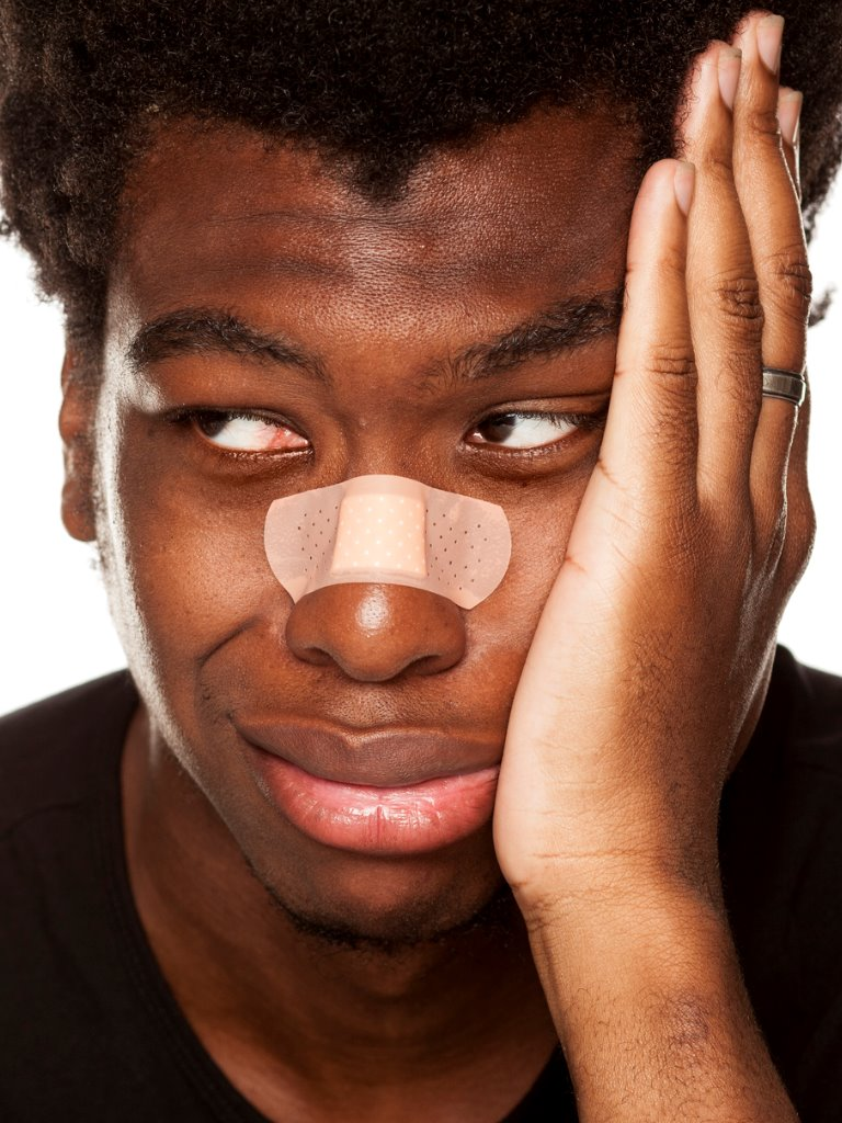 https://www.entincayman.com/es/wp-content/uploads/portrait-of-young-african-american-man-with-bandage-tape-over-his-on-picture-id1049255998.jpg